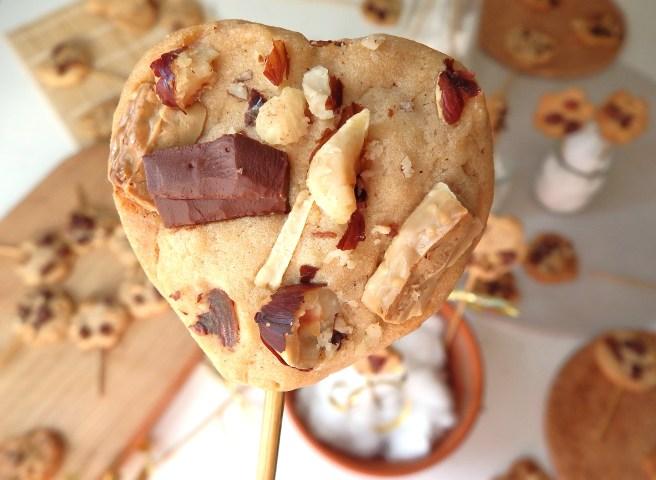Cookies en forme de coeur aux noisettes et au chocolat noir, chocolat au lait et chocolat blanc