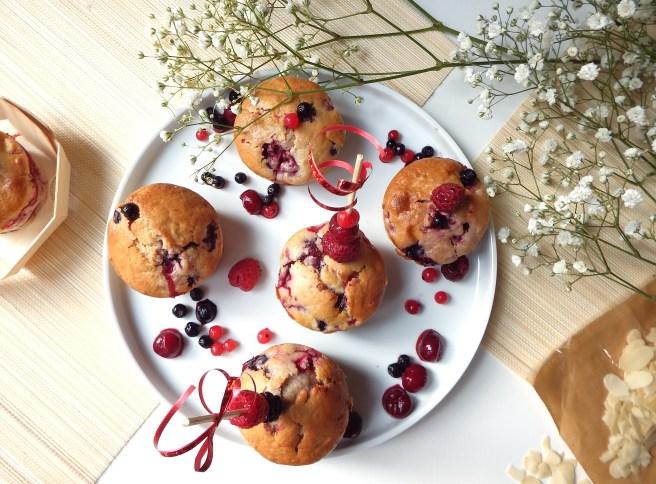 Muffins aux fruits rouges ultra moelleux et décoration aux fruits rouges
