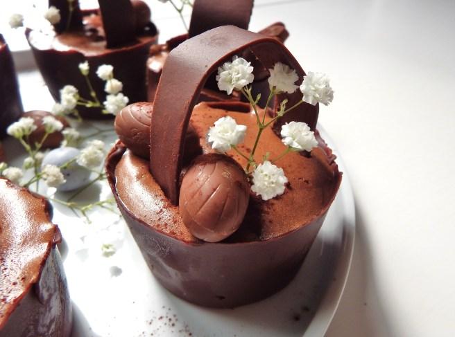 Mousse au chocolat noir de Pâques originale dans des paniers en chocolat et oeufs de Pâques