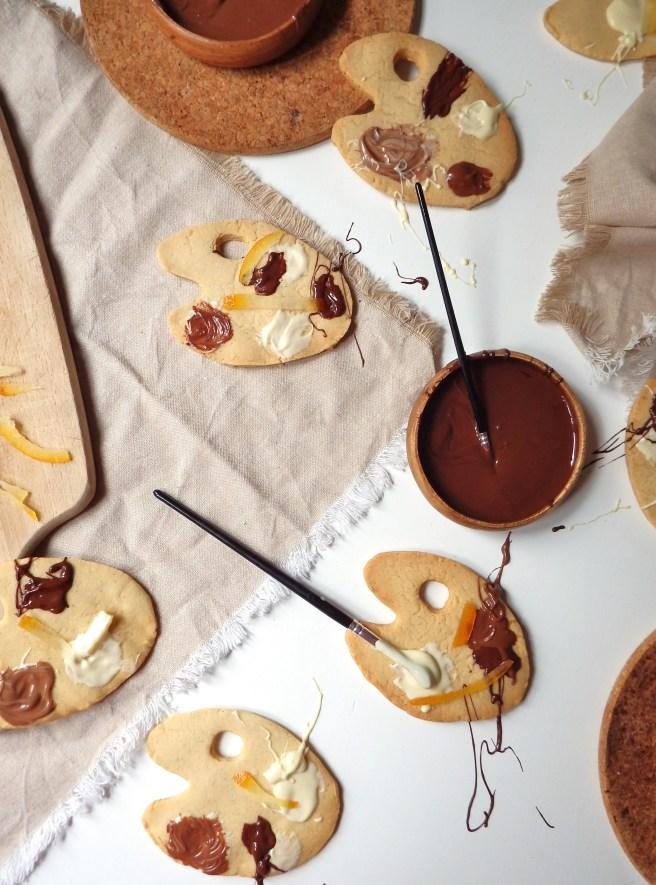Sablés à la vanille, trois chocolats et oranges confite en forme de palette de peintre