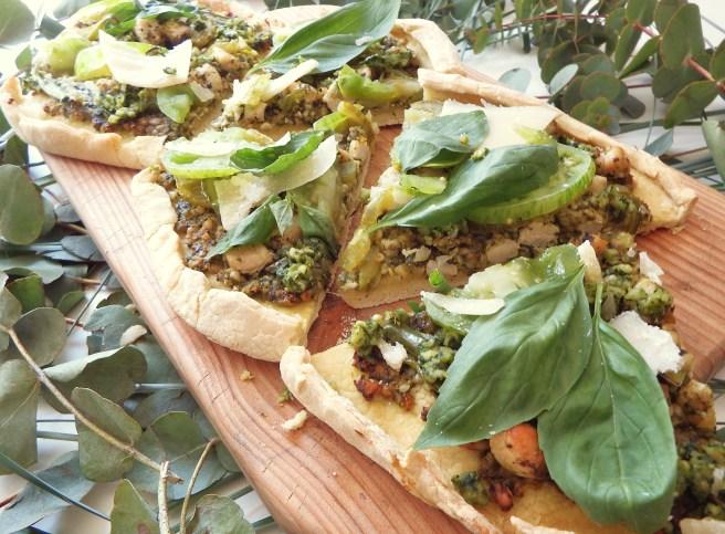Pizza verte au pesto, tomate verte, poulet, poivron verte, basilic et mozzarella