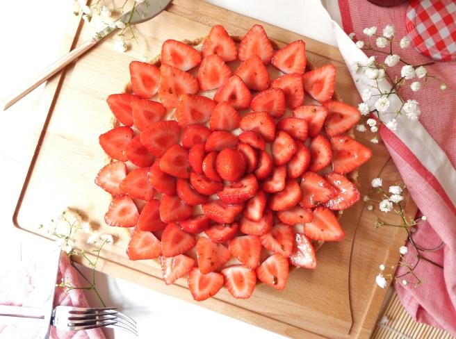 Tarte aux fraises & basilic, avec une pâte sablée aux spéculoos et une crème pâtissière à la vanille