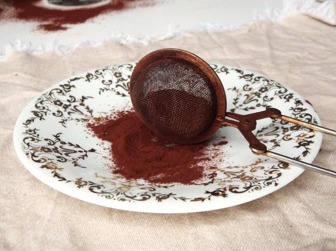 Tiramisu original saupoudré de cacao amer tamisé
