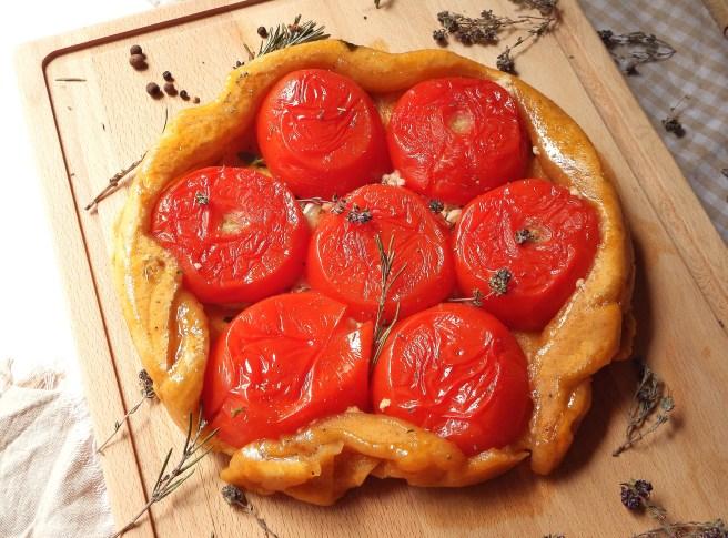 Tarte Tatin à la tomate, au chèvre, basilic et thym de Madamcadamia