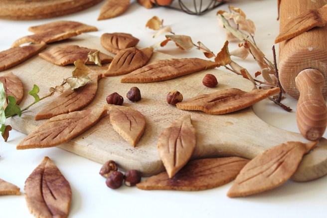 Sablés feuilles d'automne à la noisette, cacao et fève de Tonka