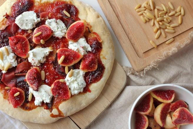 Pizette au confit de figues et figues fraîches, fromage de chèvre, jambon et pignons de pin