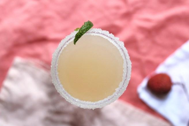 Cocktail au Champagne, litchis et gingembre avec citron vert et cointreau