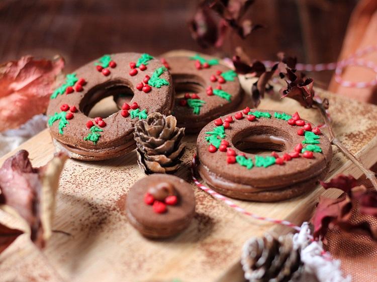 """Sablés de Noël """"couronnes"""" façon gingerbread au chocolat Valrhona caramelia"""