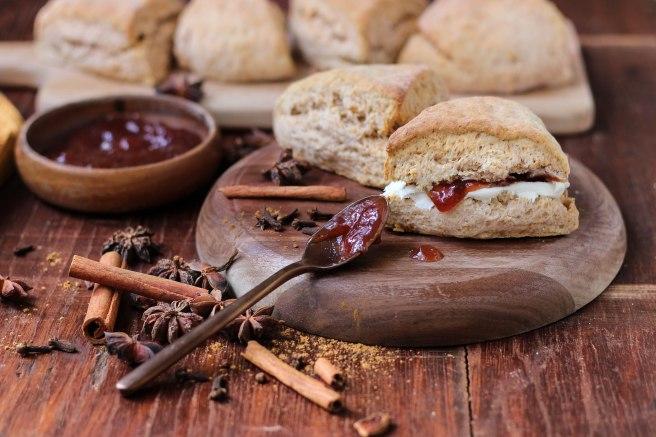 Scones photography - Scones anglais façon pain d'épices, garnis de cream cheese et confiture de fraise
