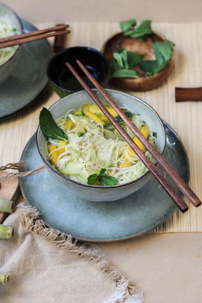 Bouillon thaï photography - Bouillon végétarien salé aux légumes et à la mangue