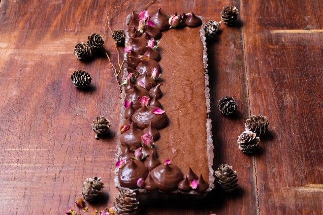 Tarte mousse au chocolat et ganache chocolat noir, décoration boutons de roses séchés - Dessert de Noël