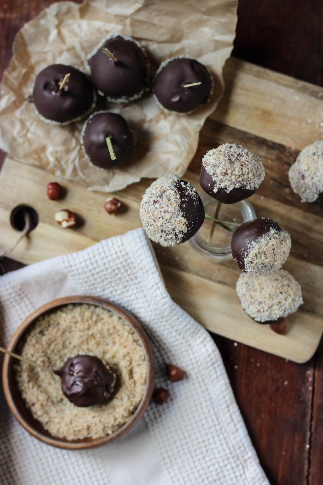 Sucettes fondantes de Pâques au praliné et noisettes, enrobées de chocolat noir - photography