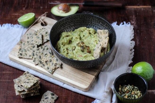 Guacamole et crackers au sarrasin et graines de courges - photography