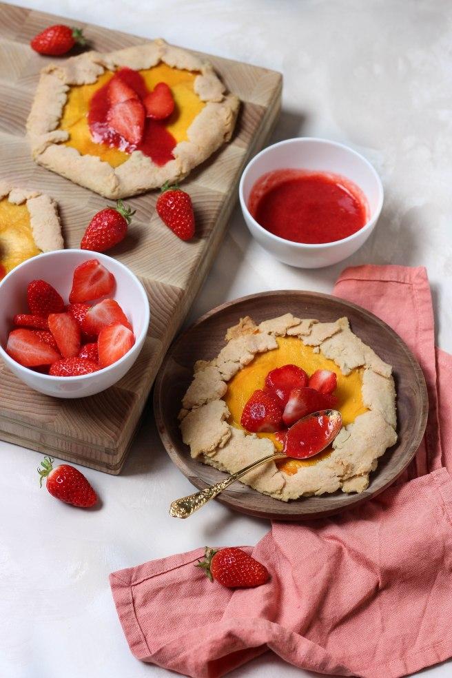 mini tartes rustiques à la mangue et sirop de fraise - photography