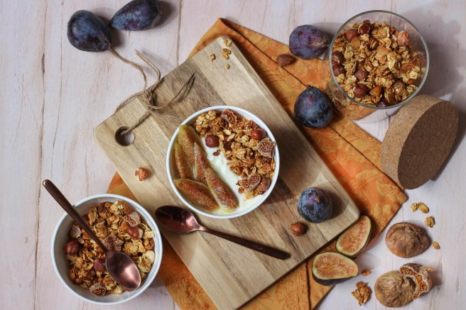 Granola d'automne figues & noisettes - breakfast photography