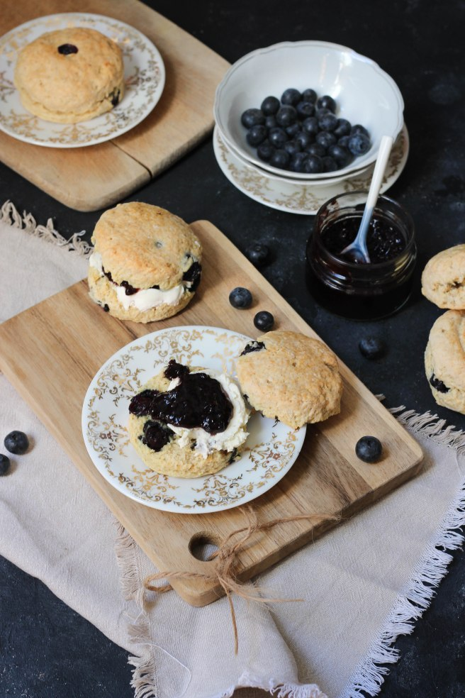 Scones aux myrtilles - breakfast photography