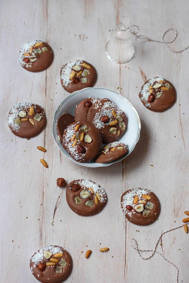 Mendiants dulcey aux pignons grillés, gingembre confit et noisettes - photography