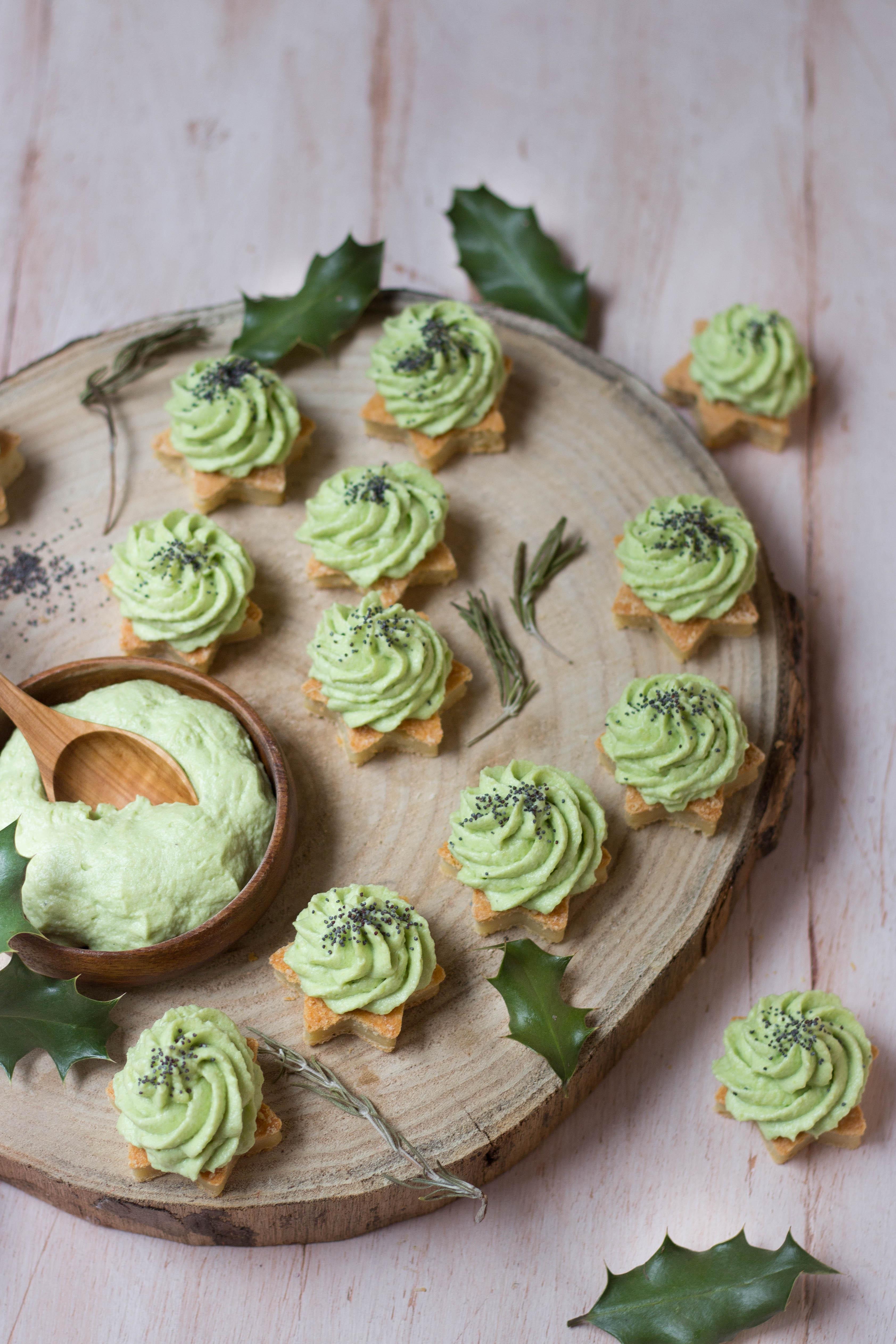 Amuse bouche végétariens de fêtes - étoiles au parmesan et chantilly d'avocat - photography