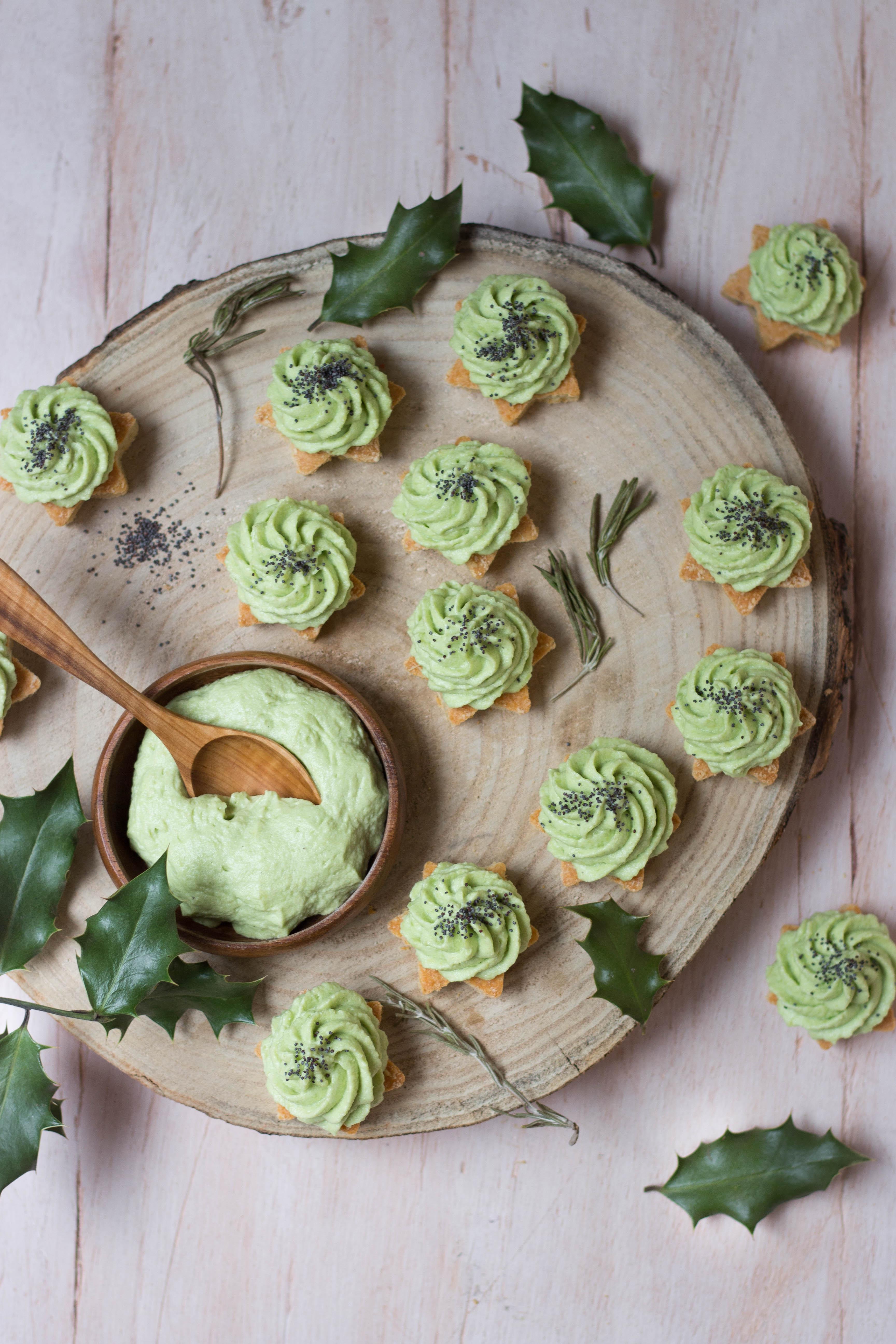 Amuse-bouches végétariens de fêtes - étoiles au parmesan et chantilly d'avocat - photography
