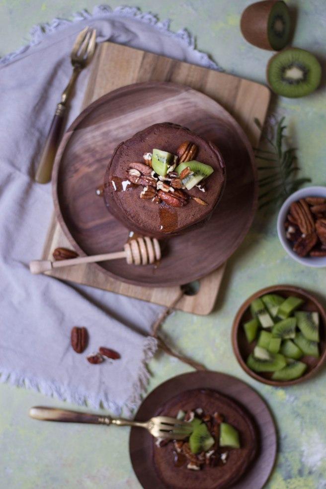 Pancakes au chocolat noir, topping miel, kiwi et noix de pécan pour le petit déjeuner - Breakfast photography