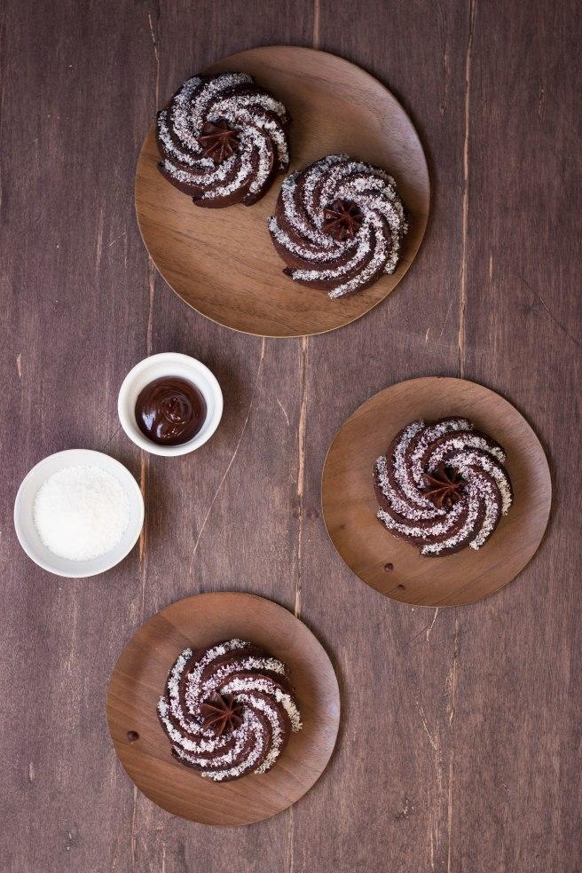 Petits bundt cakes au chocolat noir et noix de coco, à manger au goûter ou petit déjeuner avec un thé - photography