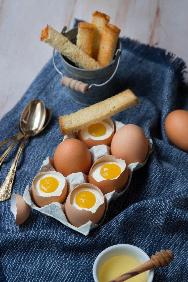 Oeuf à la coque 'trompe l'oeil' pour Pâques crème mascarpone et purée de mangue - Easter photography