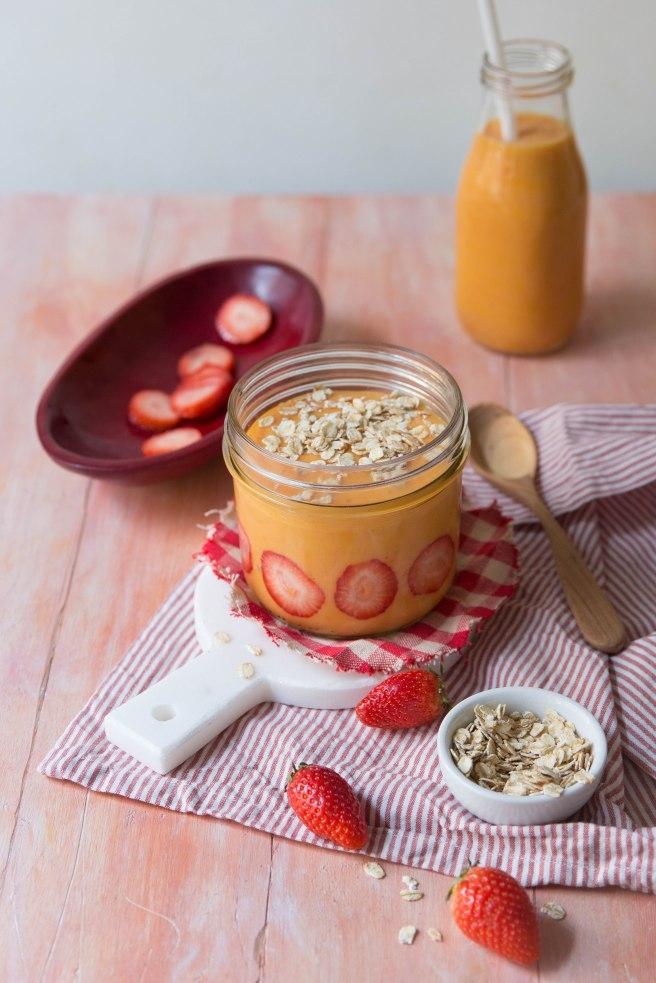 Smoothie aux fraises et à la mangue à emporter pour le petit déjeuner - breakfast photography