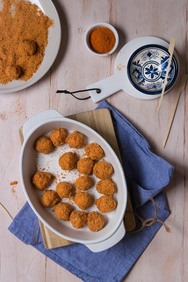 Billes de mozzarella panées à la marocaine dans une chapelures aux épices - apetizer photography