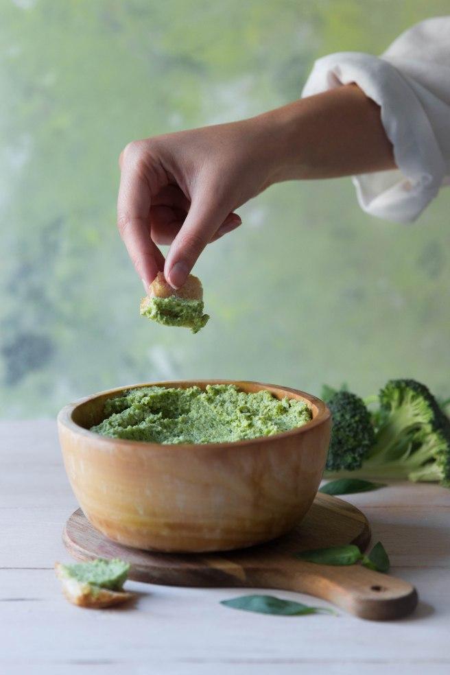 Pesto de brocoli,basilic et feta pour l'apéritif - photography