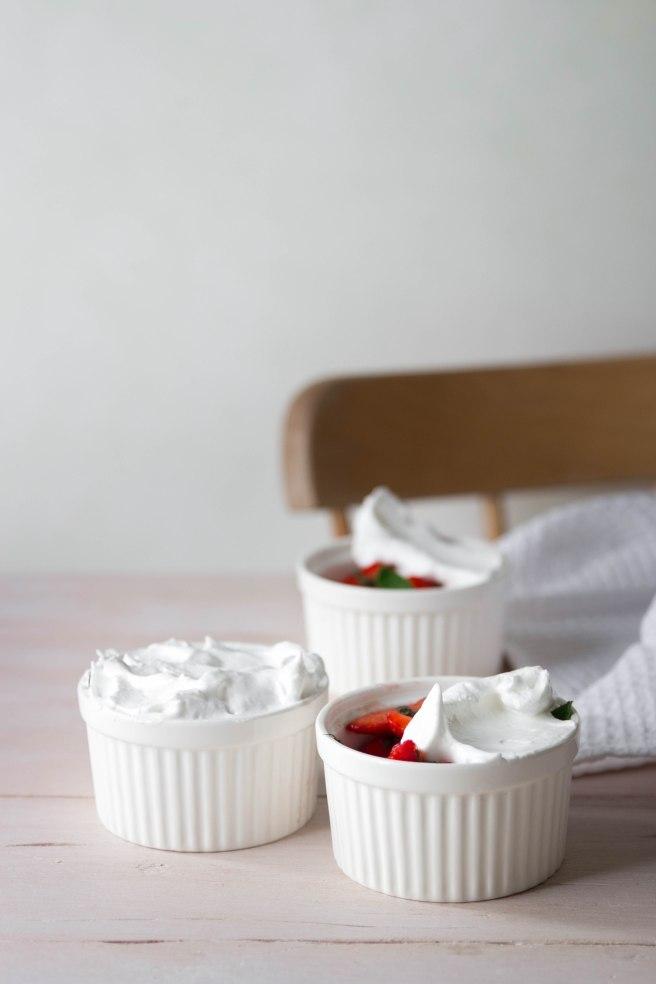 Salade de fraises fraîches et menthe meringuée - photography