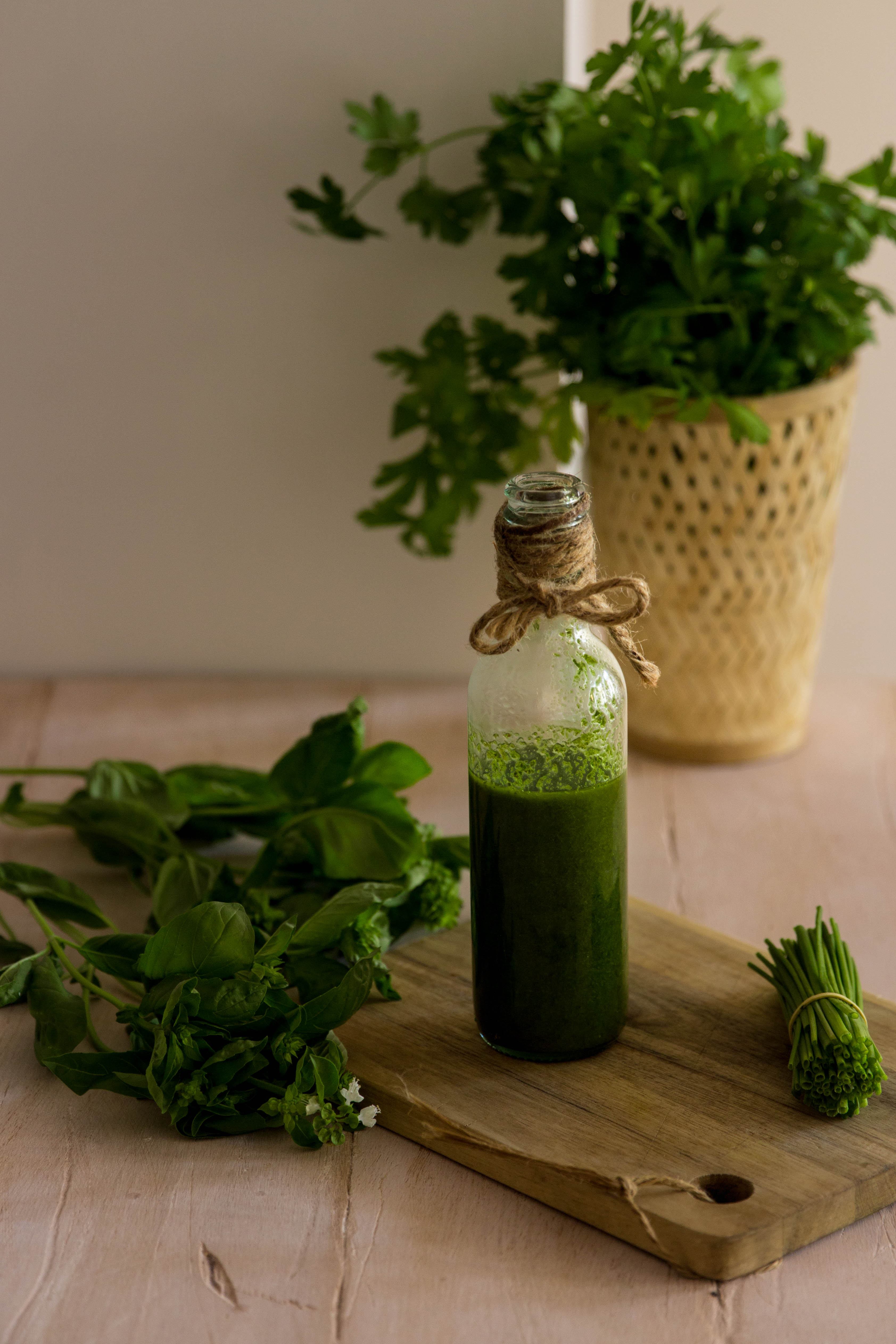 Huile verte - huile d'olive aux herbes aromatiques - DIY food photography