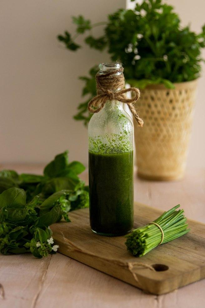Huile verte - huile d'olive aux herbes aromatiques - DIY food photography