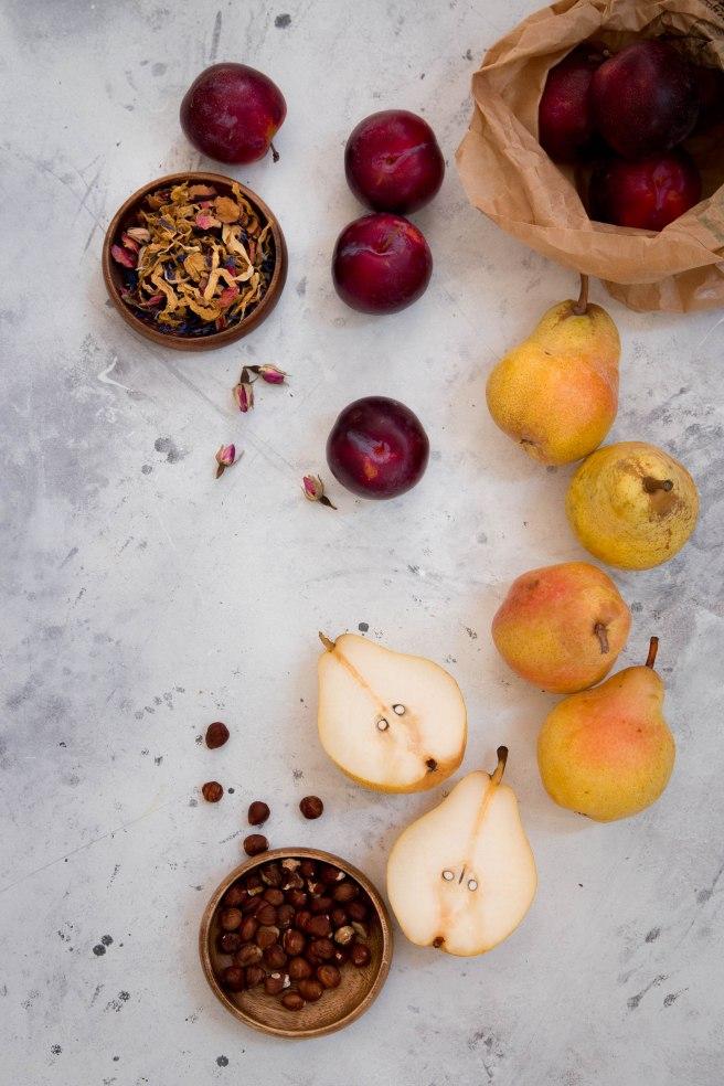 Tarte rustique aux fruits d'automne, prunes rouges, poires et noisette - photography