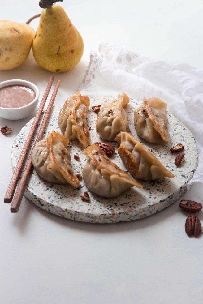 Gyozas sucrés à la poire, crème de marron et noix de pécan pour le dessert avec sauce au lait de coco chocolaté - photography (technique de pliage en fin d'article)