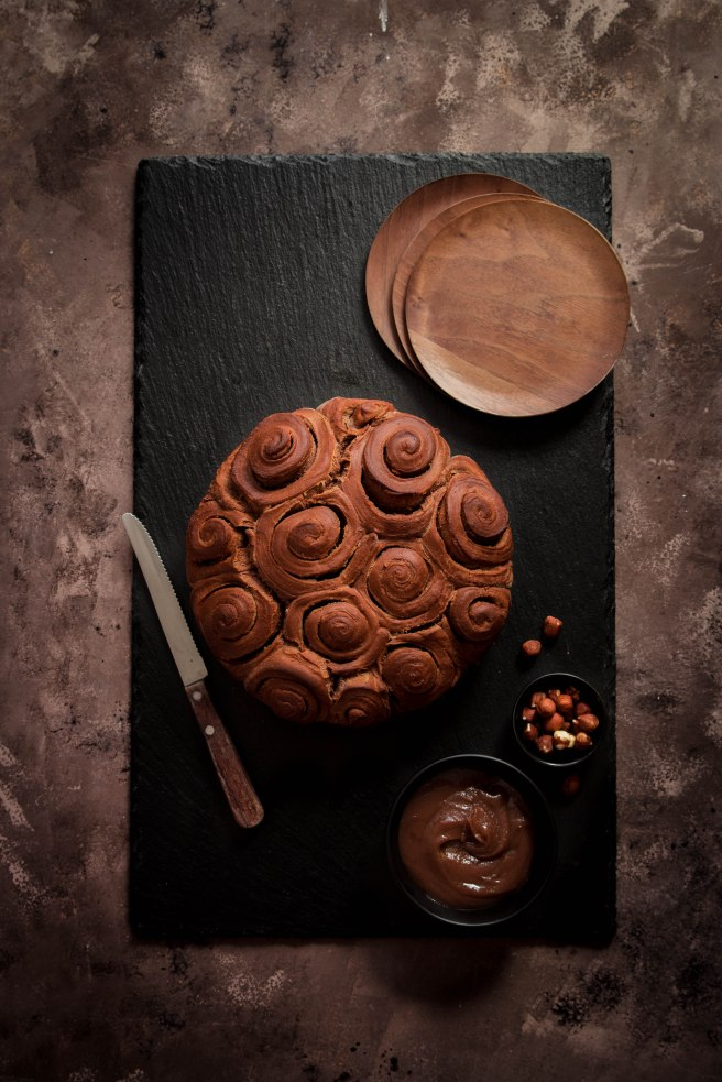 Brioche roulée au cacao et à la crème de marron pour le petit déjeuner - photography