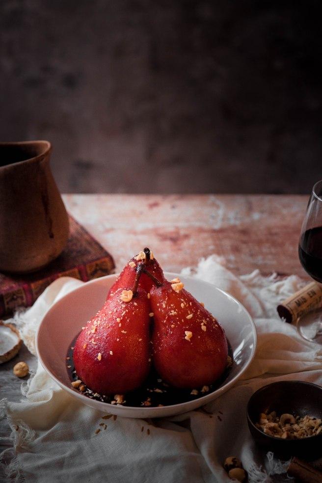 Poires pochées au vin rouge et noisettes - poached pear photography