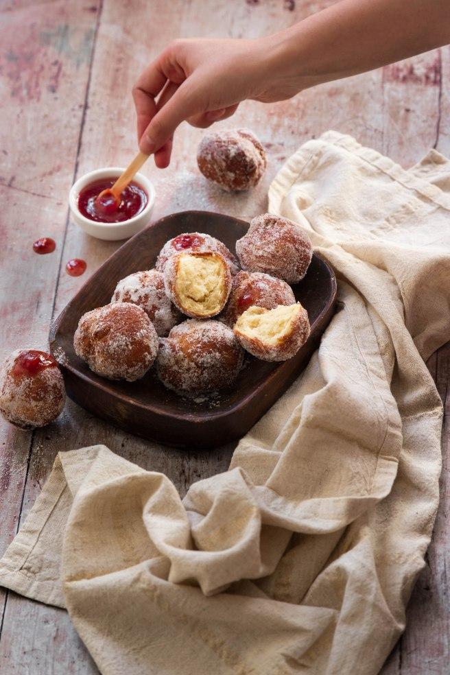 Beignets italiens à la fleur d'oranger et confiture pour Mardi Gras - donuts photography