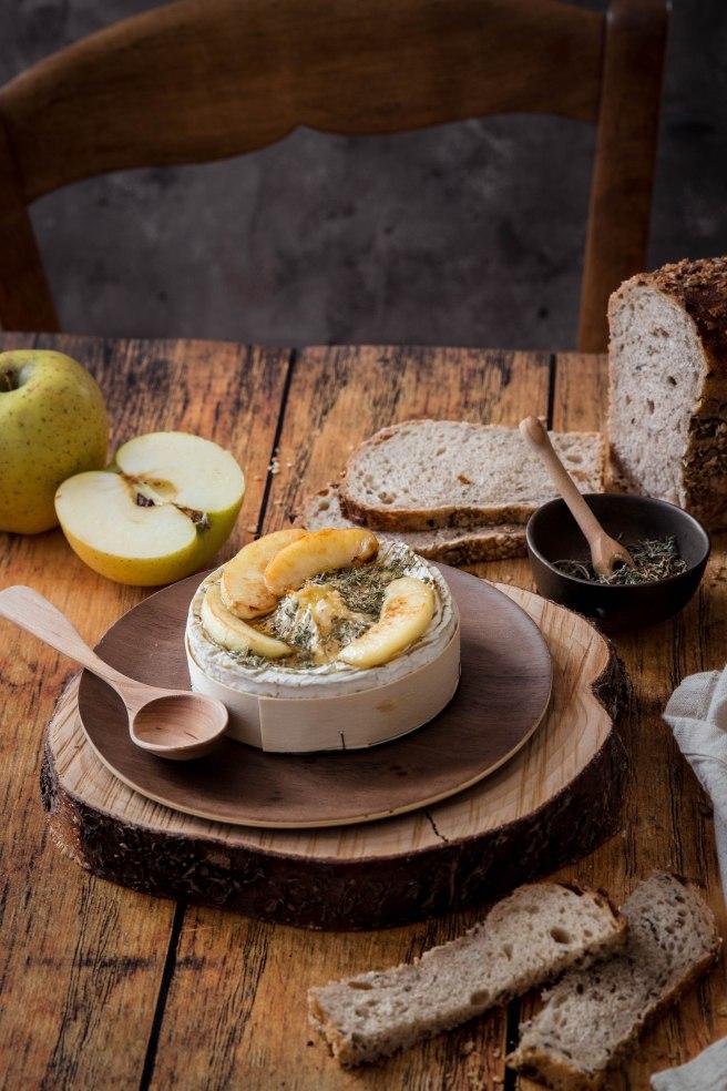 Camembert rôti au four aux pommes, miel et thym - Roasted camembert photography