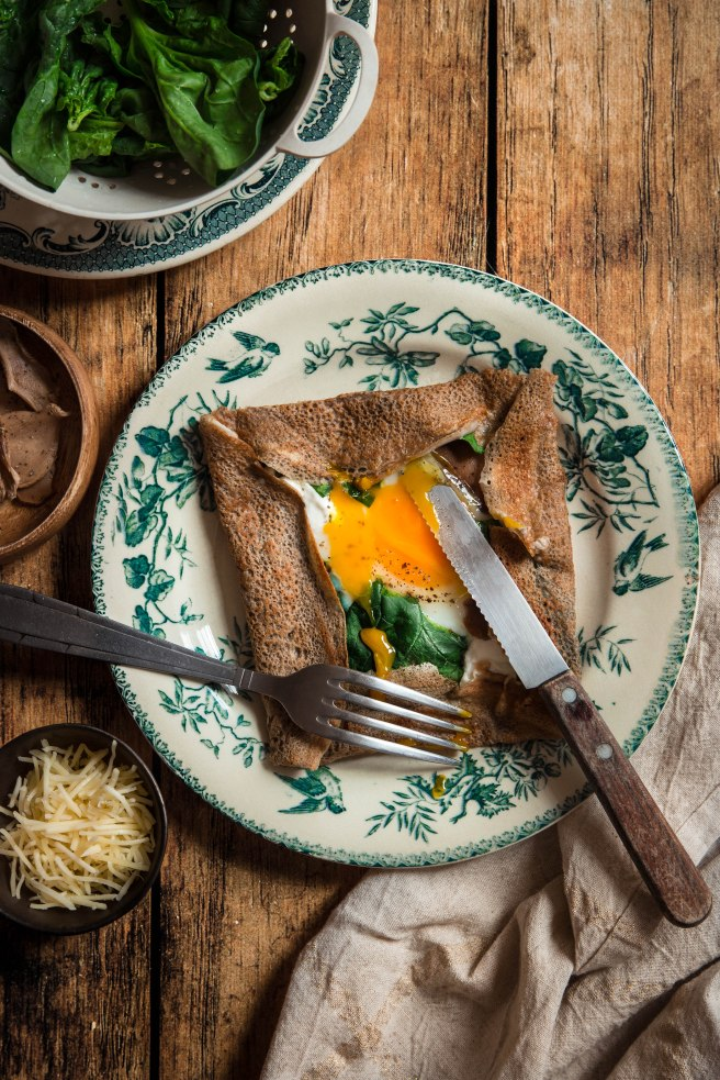Galettes bretonnes au blé noir, chèvre œuf et épinards - photography