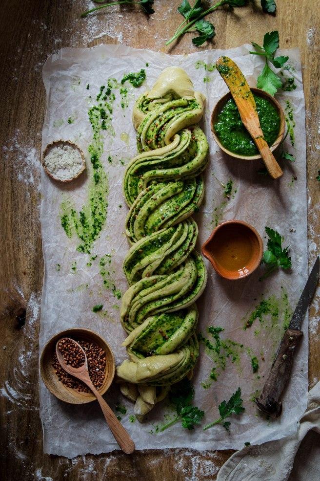 Brioche salée au pesto et sarrasin torréfié - pesto bread photography