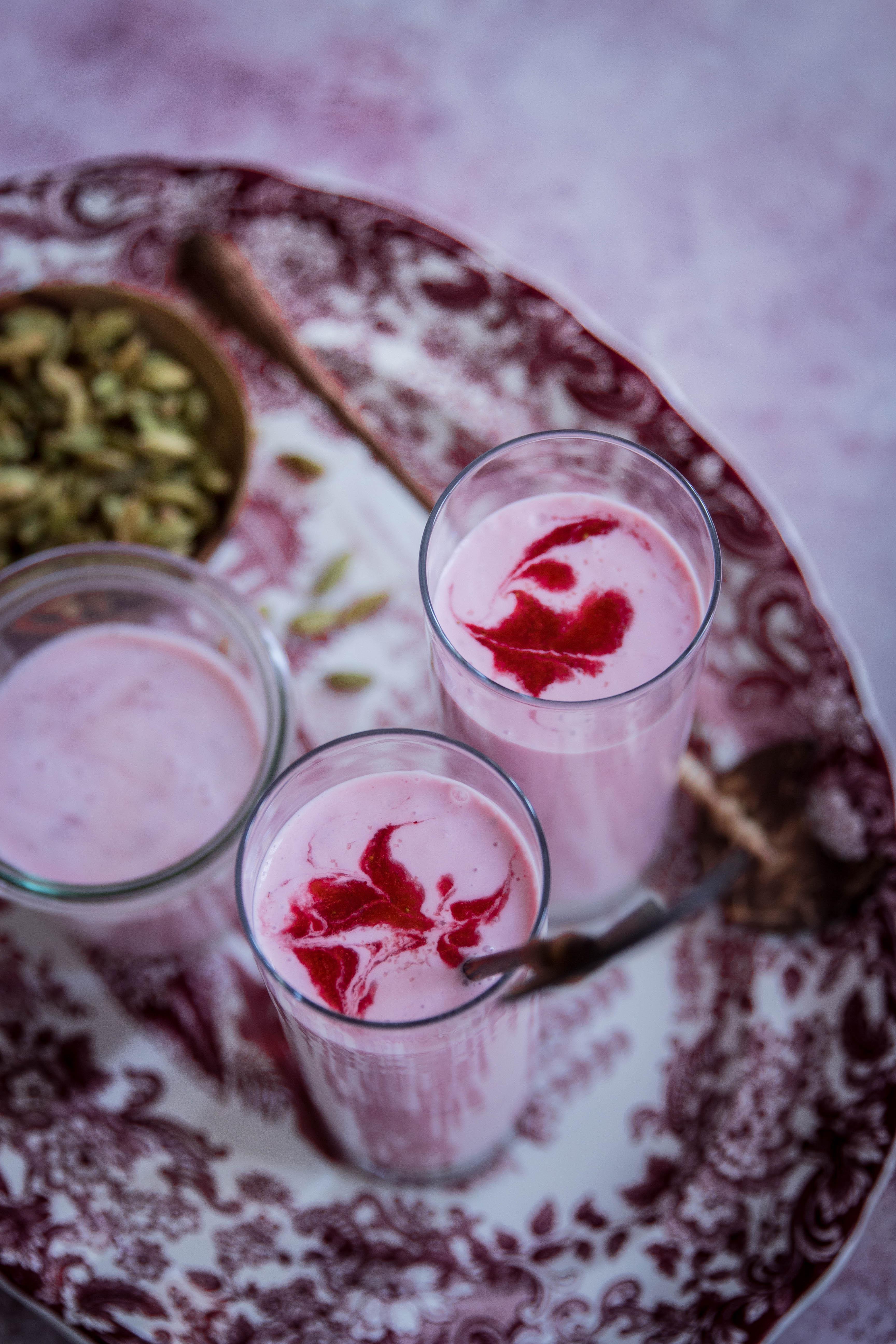 Lassis indien à la fraise, fleur d'oranger poivre et cardamome - drinks photography