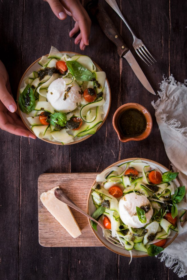 Salade italienne de légumes marinés, burrata et pesto - photography