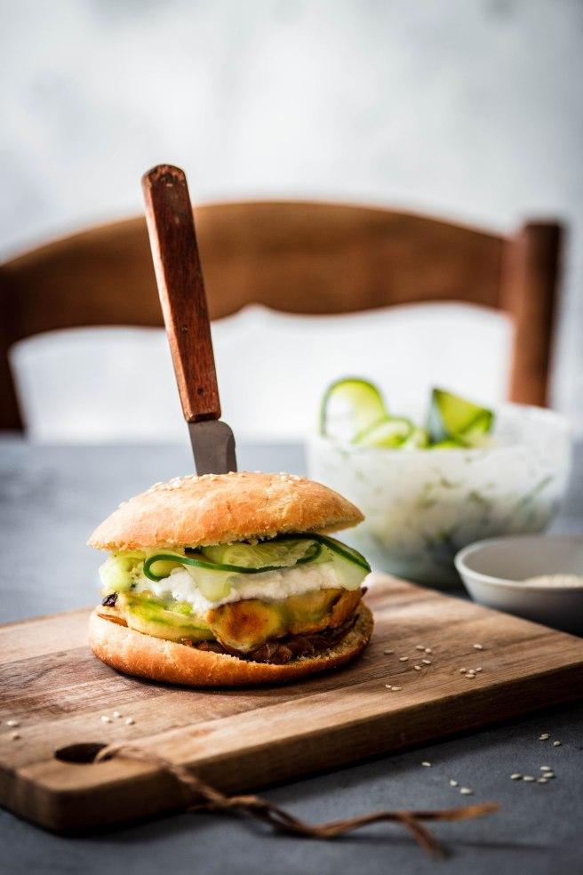 Burger végétarien, steack de courgette, ricotta, concombre mariné et oignons confits - photography