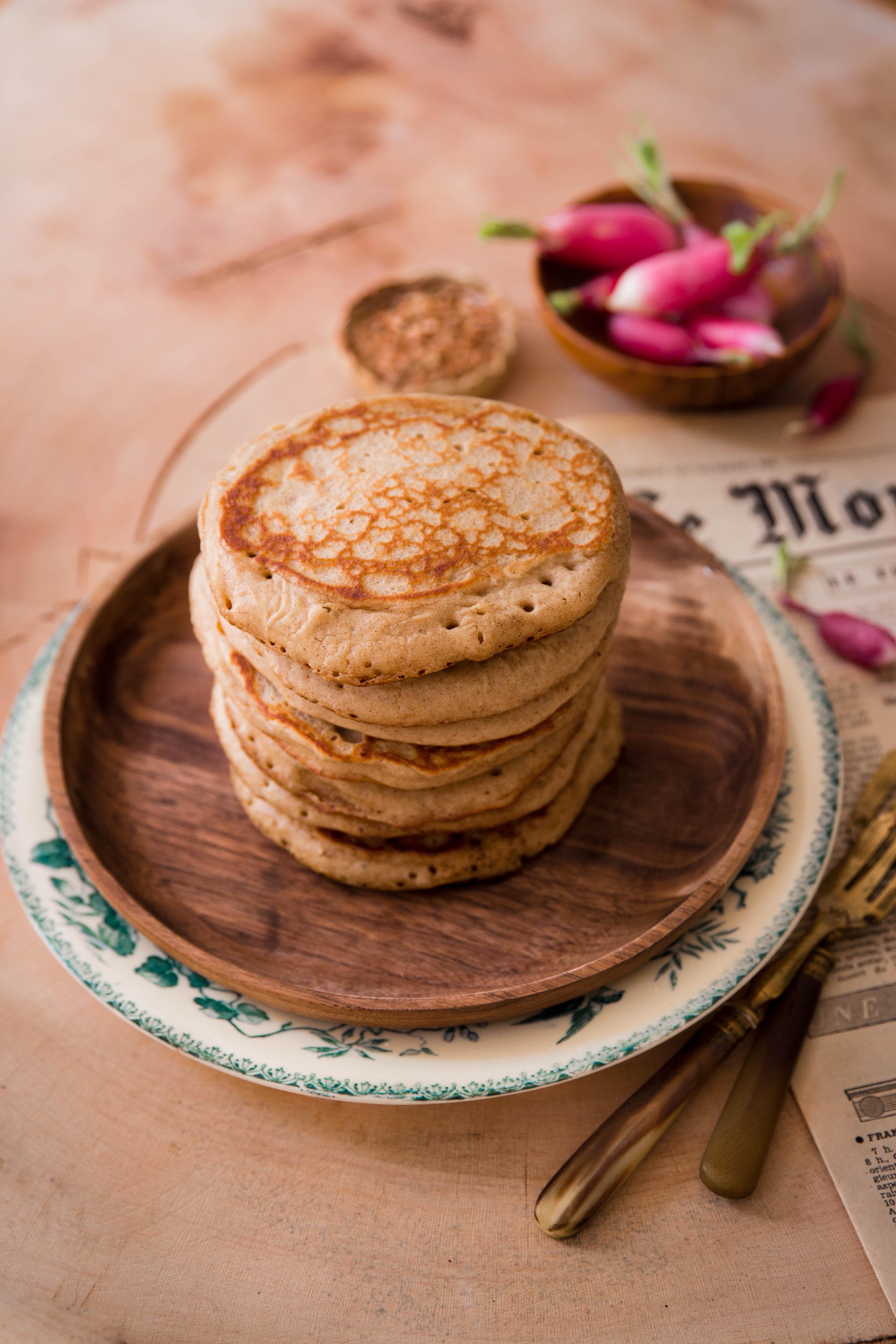 Pancakes au sarrasin, fromage de chèvre frais, radis et petits pois - photography