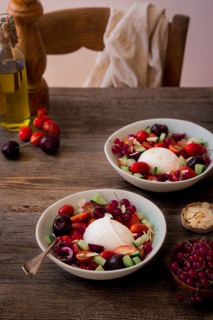 Salade tomate cerise, mozzarella et cerise - summer salad photography