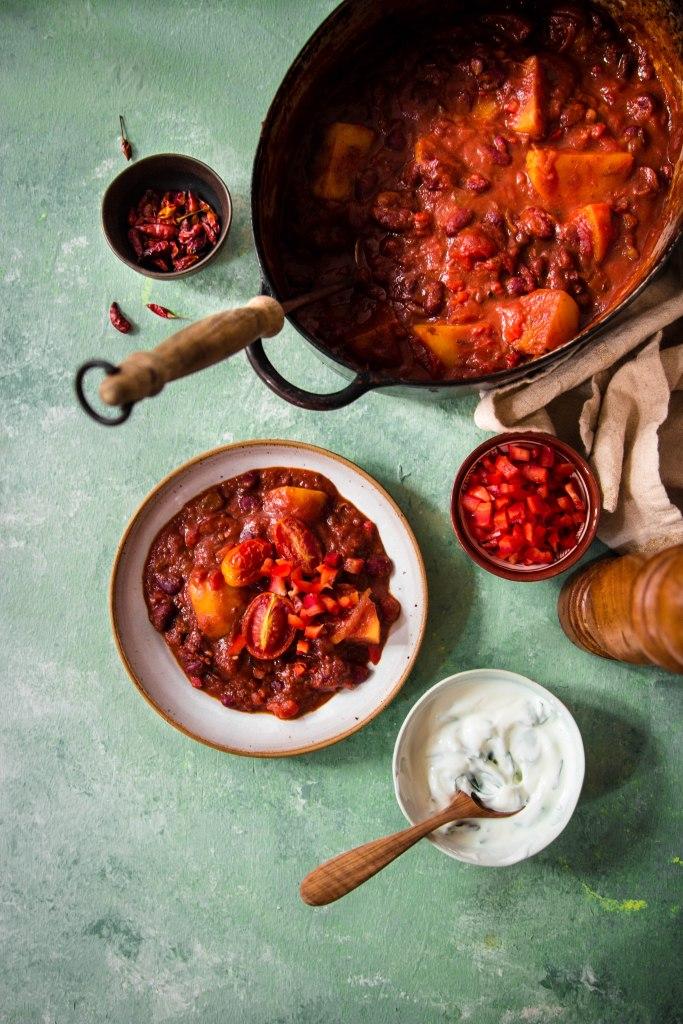 Chili sin carne pimenté et fromage blanc aux herbes - photography