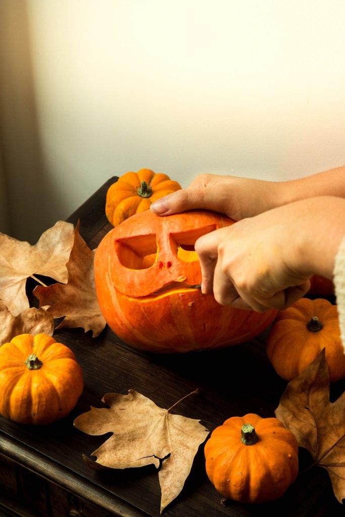 Comment faire une citrouille lumineuse creusée pour Halloween ? DIY d'automne