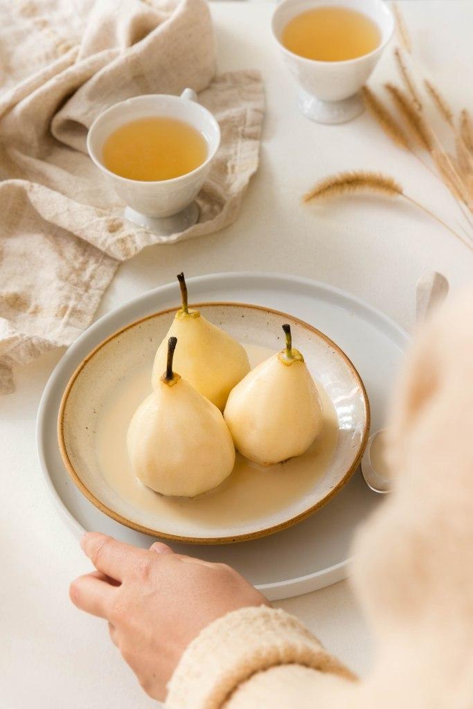 Poires pochées au lait, miel et thé Earl Grey - photography