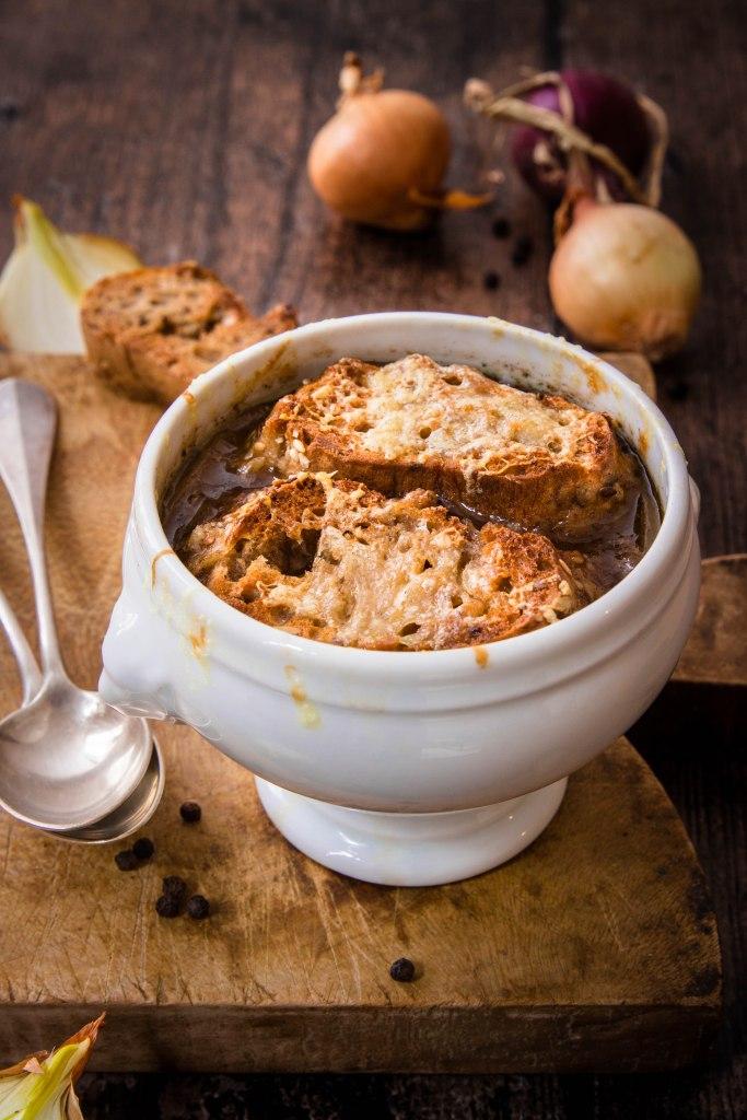 Soupe à l'oignon au vin rouge et gratinée au comté - onion soup with red wine photography