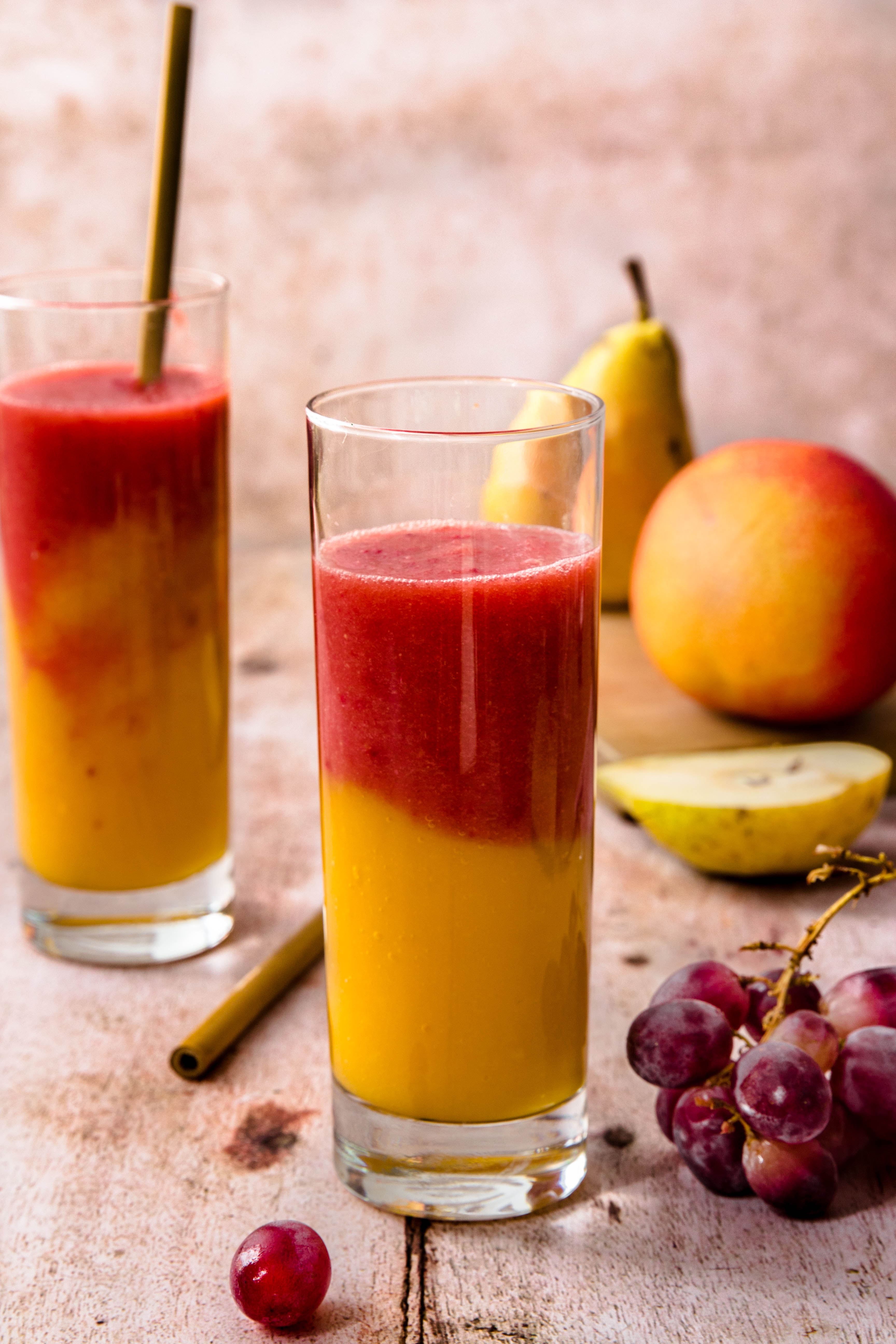 Smoothie bicolor mangue, poire et fruits rouges - photography